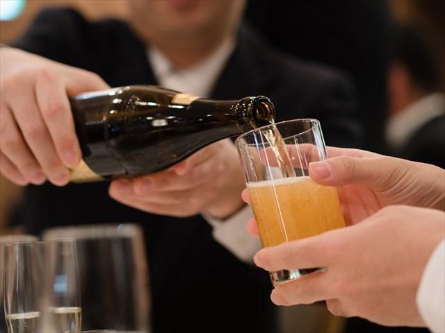 瓶ビールを注ぎ中